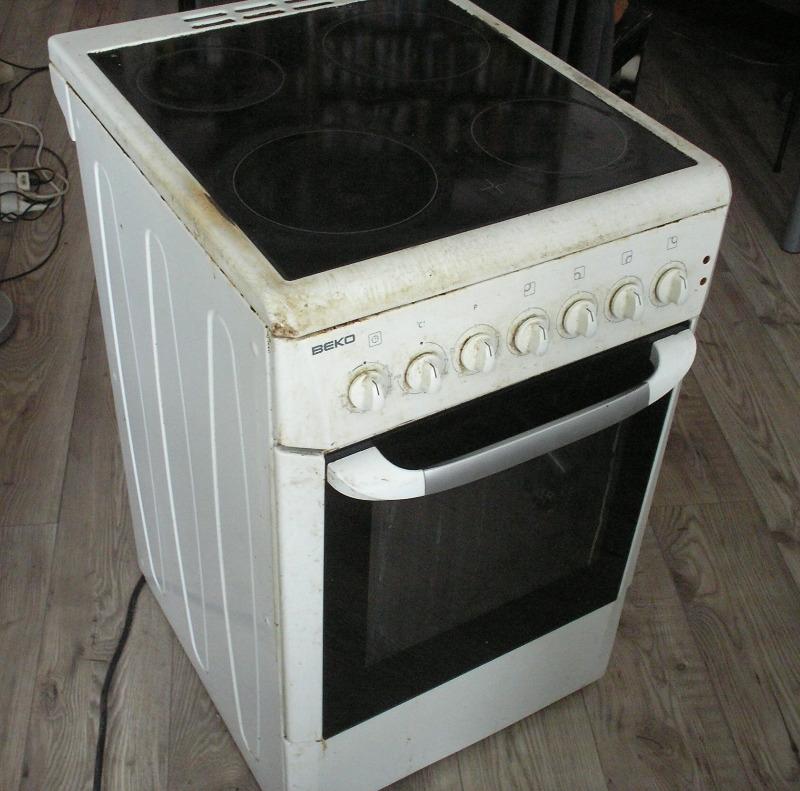 Recyclage, Récupe & Don d'objet : cuisinière tout électrique 4 feux + four, largeur 50 cm.