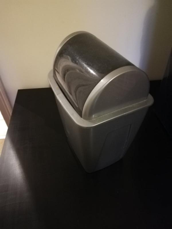 Recyclage, Récupe & Don d'objet : poubelle de salle de bains noire et grise