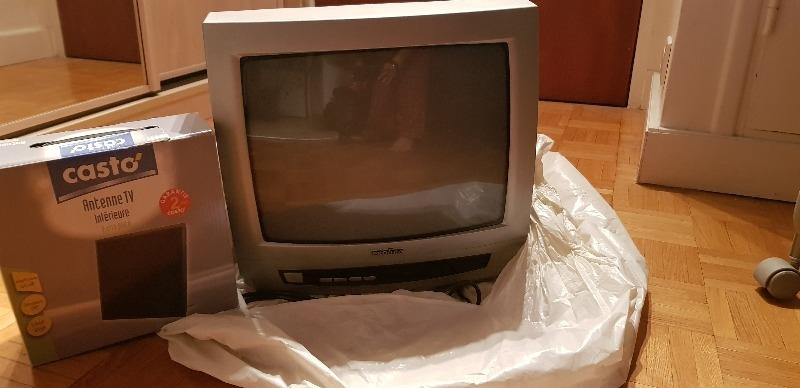 Recyclage, Récupe & Don d'objet : téléviseur cathodique + antenne tv interie...