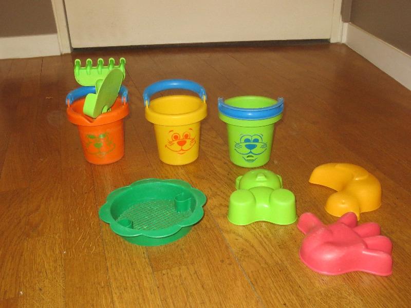 Recyclage, Récupe & Don d'objet : jouets de plage pour enfants en bas âge