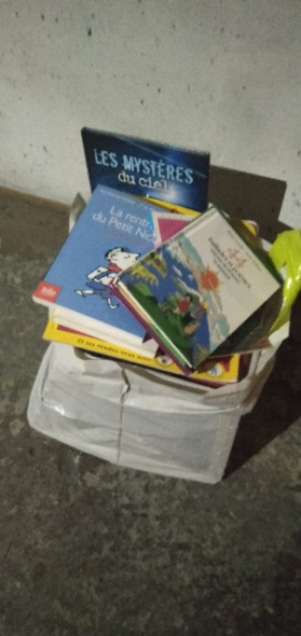 Recyclage, Récupe & Don d'objet : lot de livres cd, crayons de coloriage ...