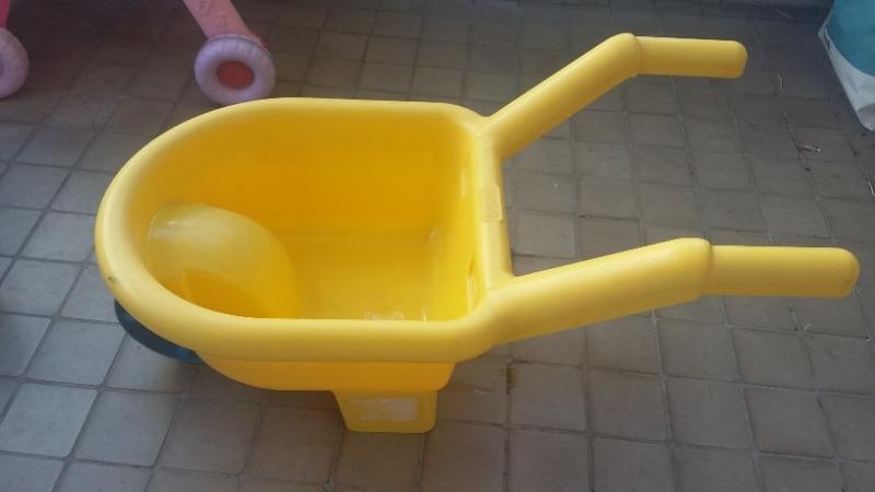 Recyclage, Récupe & Don d'objet : jouet brouette plastique jaune