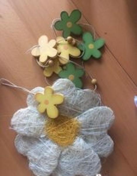 Recyclage, Récupe & Don d'objet : déco fleurs en bois + grosse fleur en fils