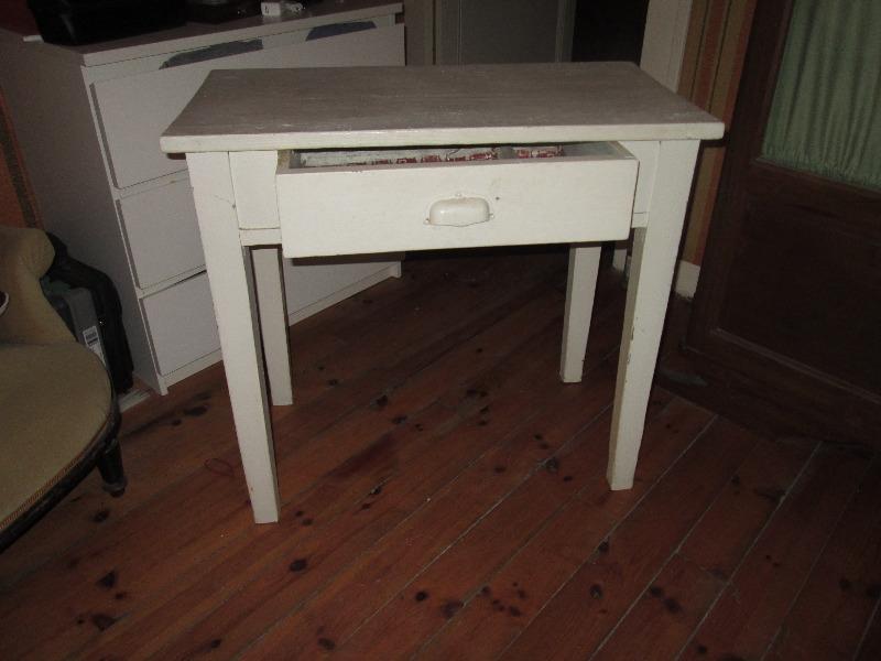 Recyclage, Récupe & Don d'objet : table blanche avec un tiroir