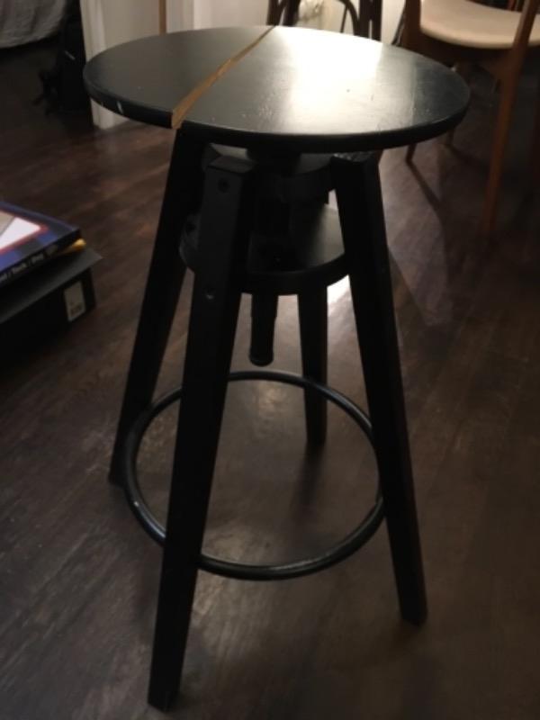 Recyclage, Récupe & Don d'objet : tabouret en bois peint en noir (ikea)