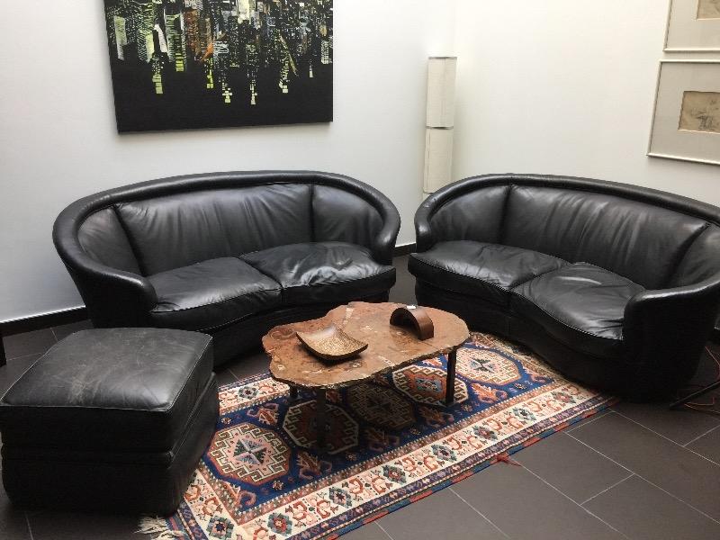 Recyclage, Récupe & Don d'objet : 1 des 2 canapés en cuir noir