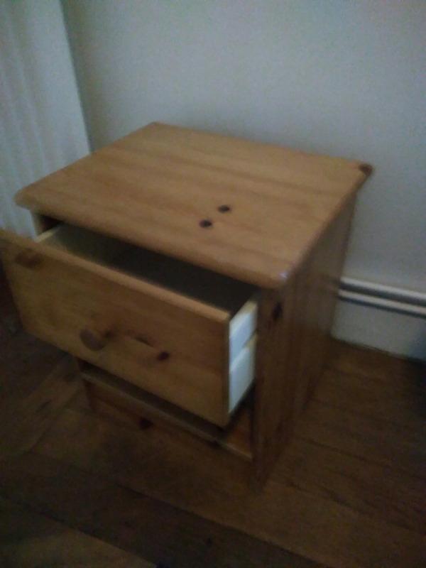 Recyclage, Récupe & Don d'objet : table de chevet avec un tiroir en bois
