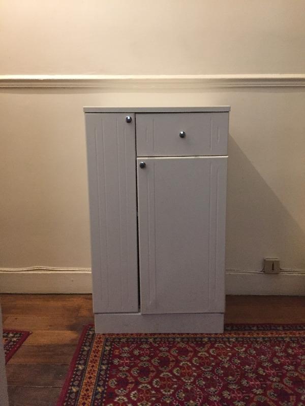 Recyclage, Récupe & Don d'objet : petit meuble blanc