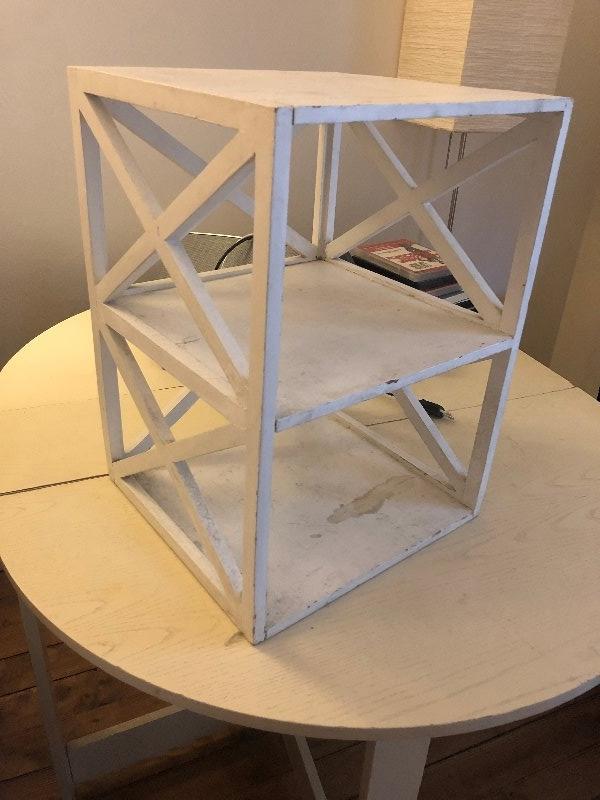 Recyclage, Récupe & Don d'objet : table de chevet blanche