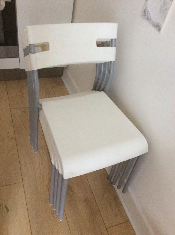 Recyclage, Récupe & Don d'objet : quatre chaises blanches