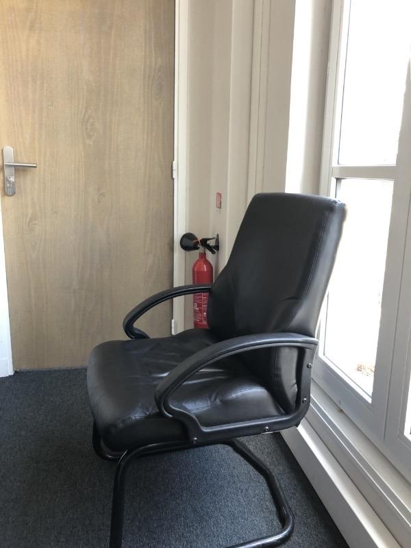 Recyclage, Récupe & Don d'objet : un fauteuil de bureau cuir et une chaise de bureau tissu bleu
