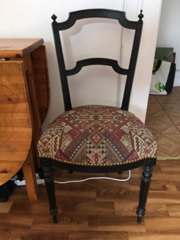 Recyclage, Récupe & Don d'objet : 3 chaises en bois, tissus bariolé