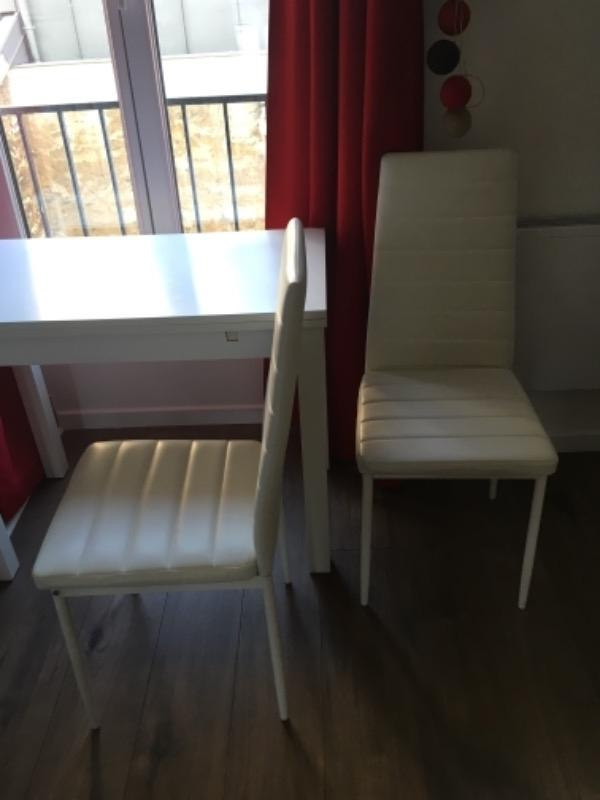 Recyclage, Récupe & Don d'objet : chaises blanches