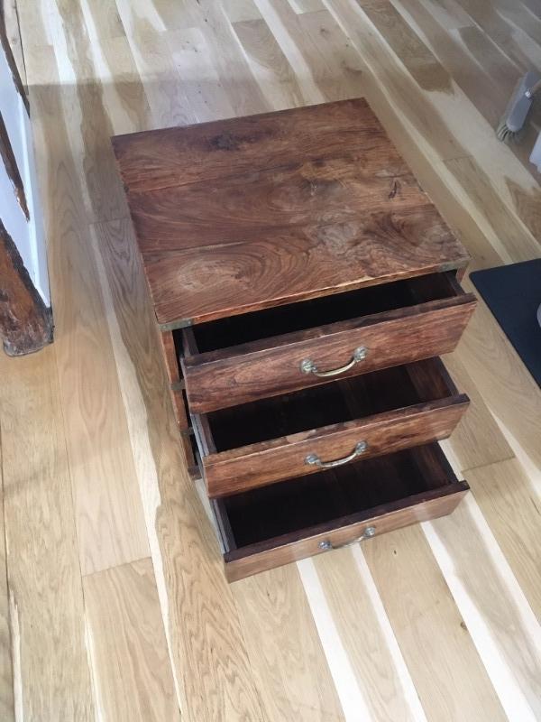 Recyclage, Récupe & Don d'objet : table de nuit en bois vernis
