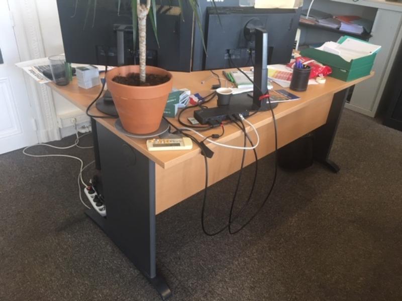 Recyclage, Récupe & Don d'objet : 3 bureaux d'angles et une table carrée