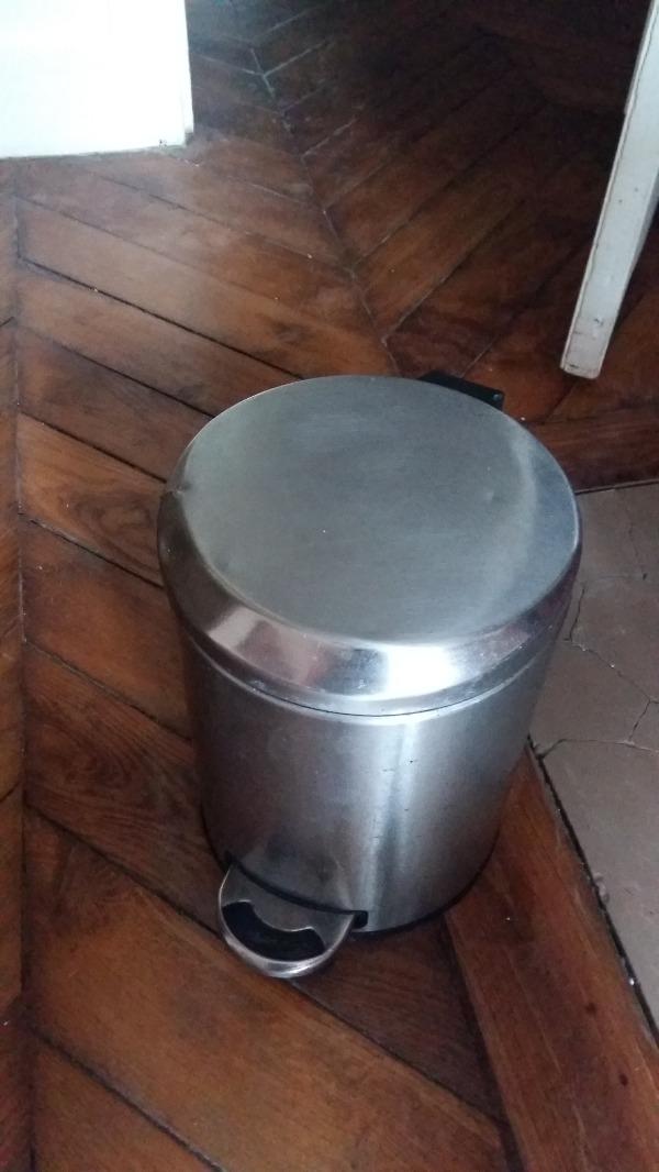 Recyclage, Récupe & Don d'objet : poubelle de salle de bain en métal