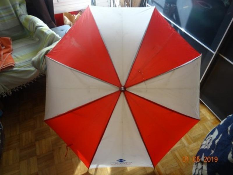 Recyclage, Récupe & Don d'objet : parapluie rouge et blanc