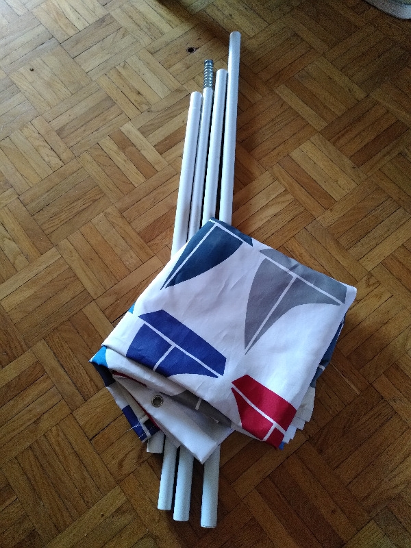 Recyclage, Récupe & Don d'objet : Tube pour rideau de salle de bains avec rideau
