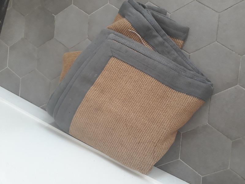 Recyclage, Récupe & Don d'objet : Tapis en fibres naturelle, bordé de tissu gris